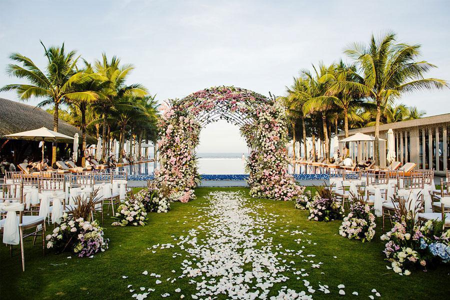 Trang trí tiệc cưới ngoài trời với những mẫu hoa tươi tuyệt đẹp