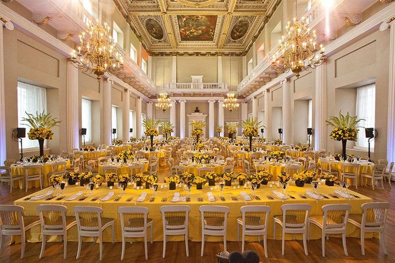 Đắm chìm trong vẻ đẹp tinh tế của hai gam màu trắng – vàng khi tổ chức tiệc cưới cao cấp