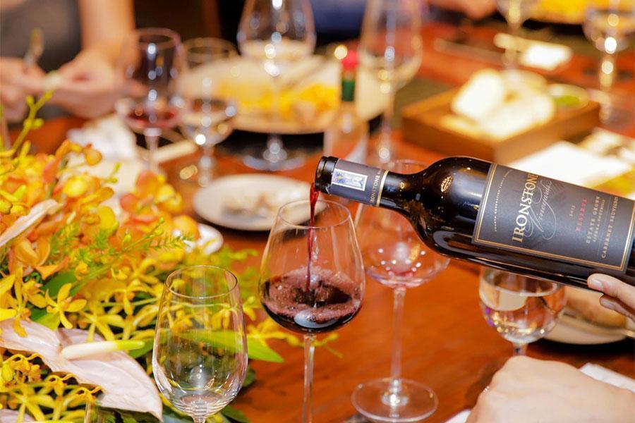 Gợi ý một số mẫu ly uống rượu phổ biến khi đặt cỗ tại nhà