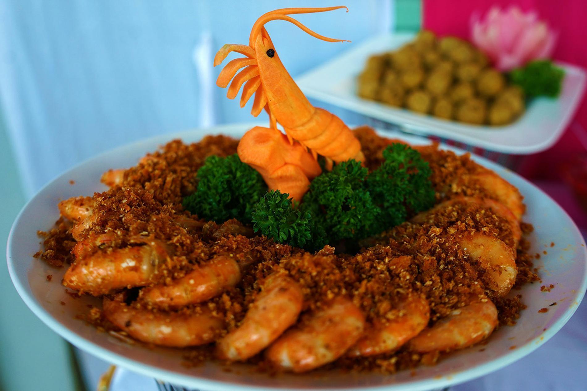 Làm món tôm chiên thập cẩm ăn là mê | Dịch vụ nấu cỗ quận 5